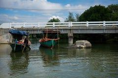 drewniana łódź rybacka w zieleni i błękicie nawadnia Kambodża Zdjęcia Royalty Free