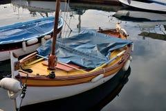 Drewniana łódź rybacka z żeglowanie takielunkiem Obrazy Royalty Free