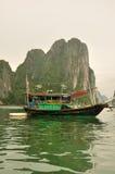 Drewniana łódź w HaLong zatoce Wietnam obraz stock