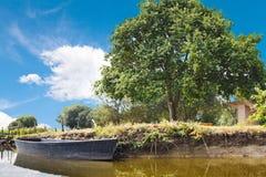 Drewniana łódź w jeziorze, Francja obrazy royalty free