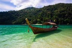 Drewniana łódź w morzu Obraz Stock