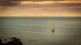 Drewniana łódź w otwartej wodzie Zdjęcie Royalty Free