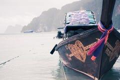 Drewniana łódź w podpalanej pobliskiej phi phi wyspie w Tajlandia zdjęcia stock