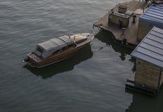 Drewniana łódkowata pozycja dokująca przy sava rzeką fotografia stock