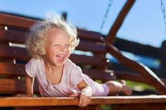 drewniana łańcuszkowa śliczna dziewczyna mały bawić się s Zdjęcia Royalty Free