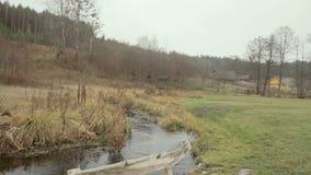 Drewniana ławka blisko Skroblus rzeki w jesieni zdjęcie wideo