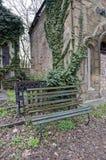 Drewniana ławka i arywiści na ścianie Zdjęcia Royalty Free