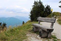 Drewniana ławka na krawędzi góry fotografia royalty free