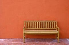 Drewniana ławka Przeciw pustej ścianie. Zdjęcia Stock