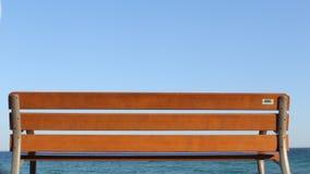 Drewniana ławka przy oceanem Ludzie przechodzi chodzić zbiory wideo