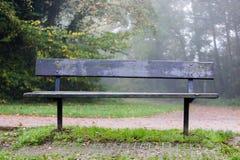 Drewniana ławka przy wycieczkować ślad dla spoczynkowej i bierze przerwy Obrazy Stock