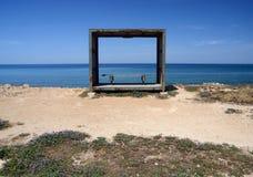Drewniana ławka, relaksuje miejsce na Cypr dennym wybrzeżu Fotografia Stock
