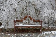 Drewniana ławka w śniegu fotografia royalty free