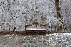 Drewniana ławka w śniegu obrazy stock