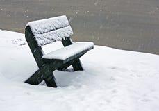 Drewniana ławka w śniegu na zamarzniętym jeziorze Fotografia Royalty Free