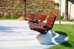 Drewniana ławka w jawnym parku w słońcu Obraz Stock