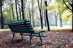 Drewniana ławka w jesień parku Zdjęcia Royalty Free