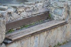 Drewniana ławka w kamiennej ścianie Obraz Stock