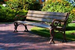 Drewniana ławka w parku, idylliczny cisza ranek zdjęcia royalty free