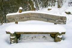 Drewniana ławka z śniegiem obrazy stock