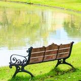 Drewniana ławka z obsady żelaza ramą w parku Obrazy Royalty Free