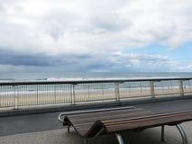 Drewniana ławka z plażą Zdjęcie Stock