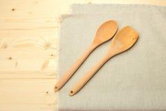 Drewniana łyżka i drewniana szpachelka na bieliźnianej pielusze Obrazy Royalty Free
