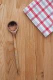 Drewniana łyżka i kuchenny ręcznik obrazy royalty free