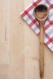 Drewniana łyżka i kuchenny ręcznik obraz stock