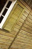 Drewniana ściana i żaluzja budy otwarte okno zdjęcia stock