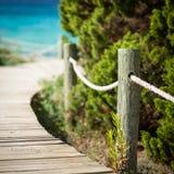 Drewniana ścieżka prowadzi plaża. Zdjęcia Royalty Free