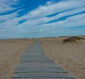 Drewniana ścieżka przez piasek diun Obraz Stock