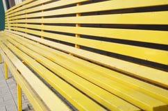 Drewniana żółta ławka w mieście Obrazy Royalty Free