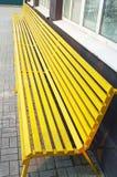 Drewniana żółta ławka w mieście Obraz Royalty Free