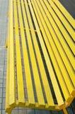 Drewniana żółta ławka w mieście Fotografia Royalty Free