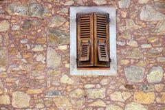 Drewniana żaluzja i okno obraz stock