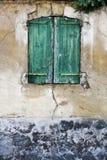 Drewniana żaluzja na fasadzie slamsy fotografia royalty free