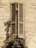 Drewniana żaluzja na historycznym domu w Włoskim mieście obrazy royalty free