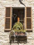 Drewniana żaluzja na historycznym domu w Włoskim mieście obrazy stock