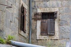 Drewniana żaluzja, stara ściana zdjęcia stock