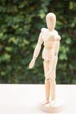 Drewniana artysty manikin poza na stole Fotografia Stock