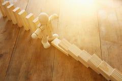 Drewniana atrapa zatrzymuje domino skutek retro stylowy wizerunku kierownictwo i ryzyka kontrolny pojęcie Zdjęcie Stock