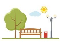 Drewniana ławka, lampion i drzewo w parku, Fotografia Royalty Free