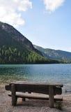 Drewniana ławka na Braies jeziorze fotografia royalty free