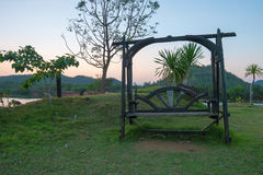 Drewniana ławka na stronie jezioro Obrazy Royalty Free