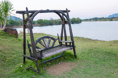 Drewniana ławka na stronie jezioro, Tajlandia Zdjęcie Royalty Free