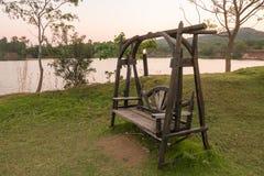 Drewniana ławka na stronie jezioro, Tajlandia Zdjęcia Royalty Free