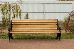 Drewniana ławka plenerowa Zdjęcia Royalty Free