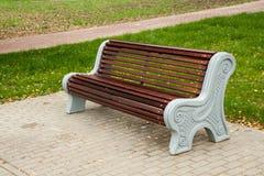 Drewniana ławka w miasto parku Obraz Stock