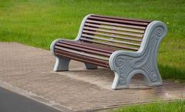 Drewniana ławka w miasto parku Fotografia Royalty Free